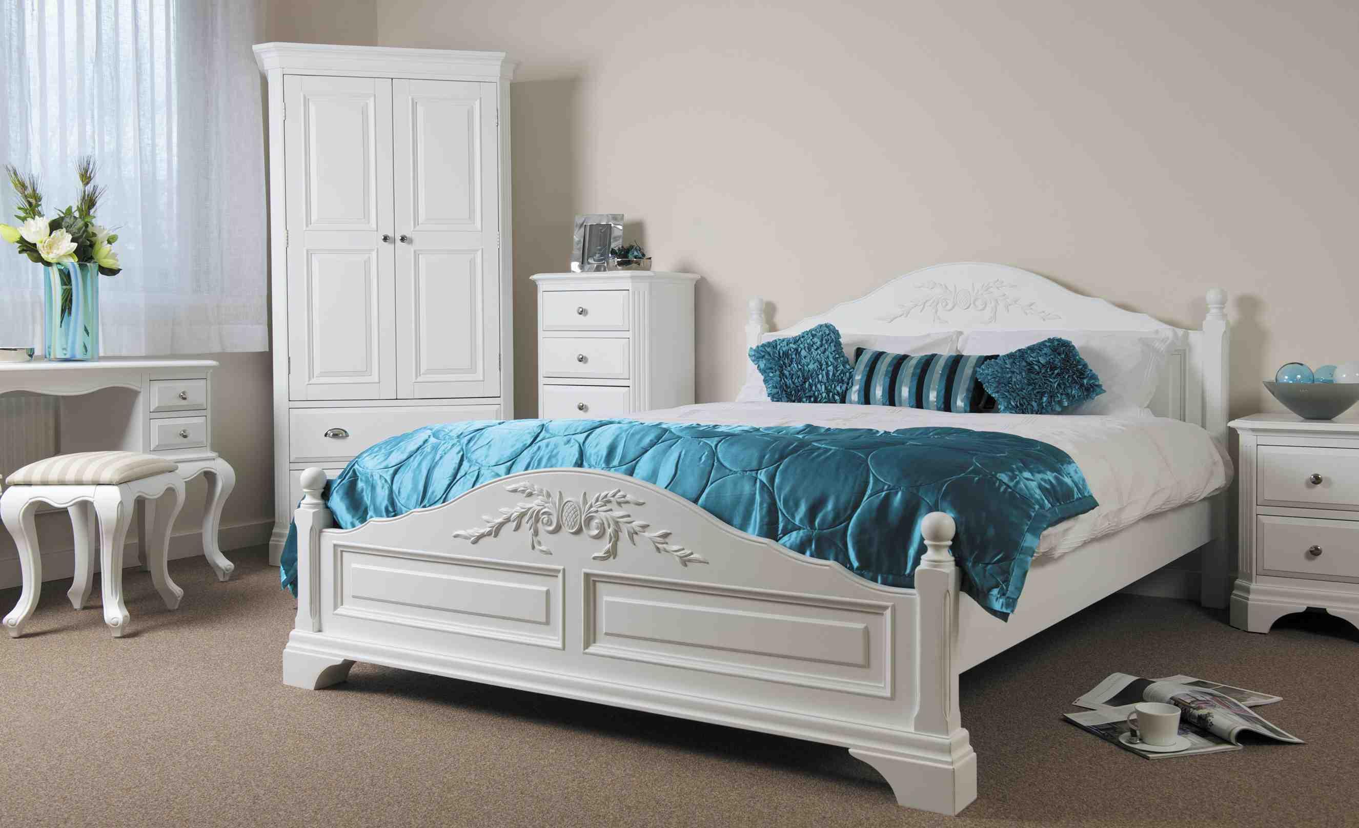 Белая кровать из дерева