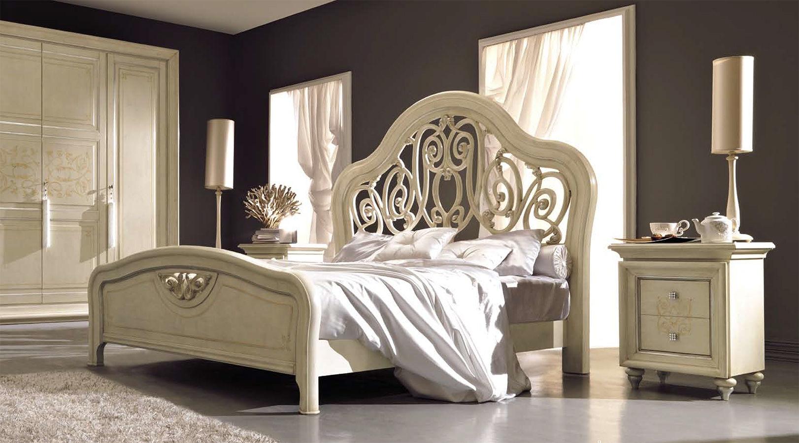 Резная деревянная кровать