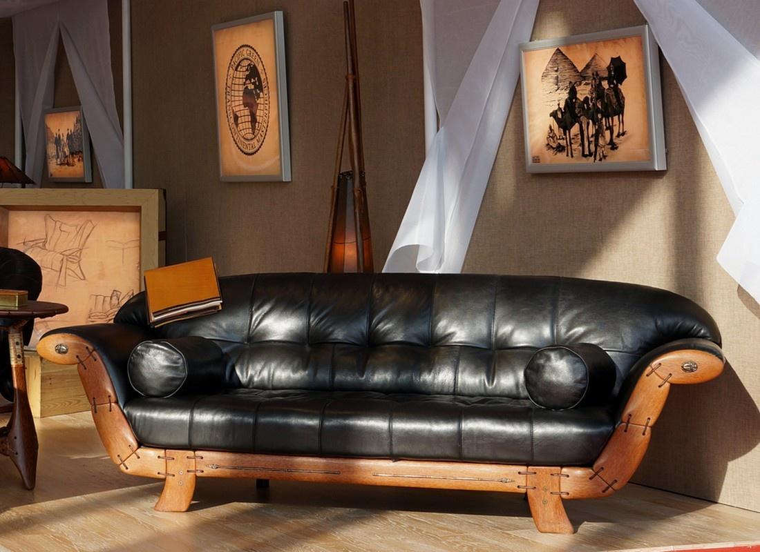 Черный диван на деревянном каркасе