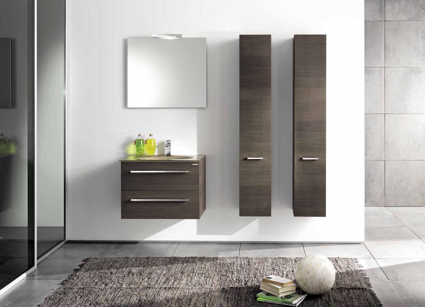 Деревянный шкаф в ванной