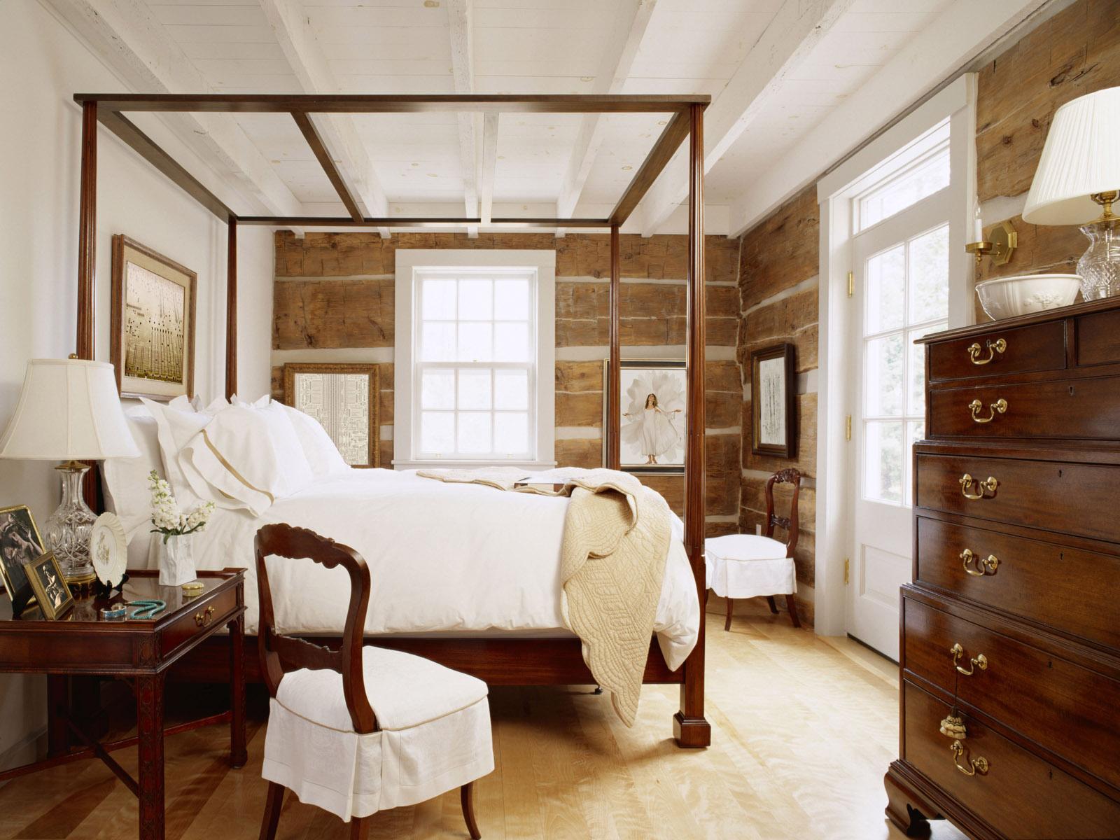 Уютная спальня с деревянной мебелью