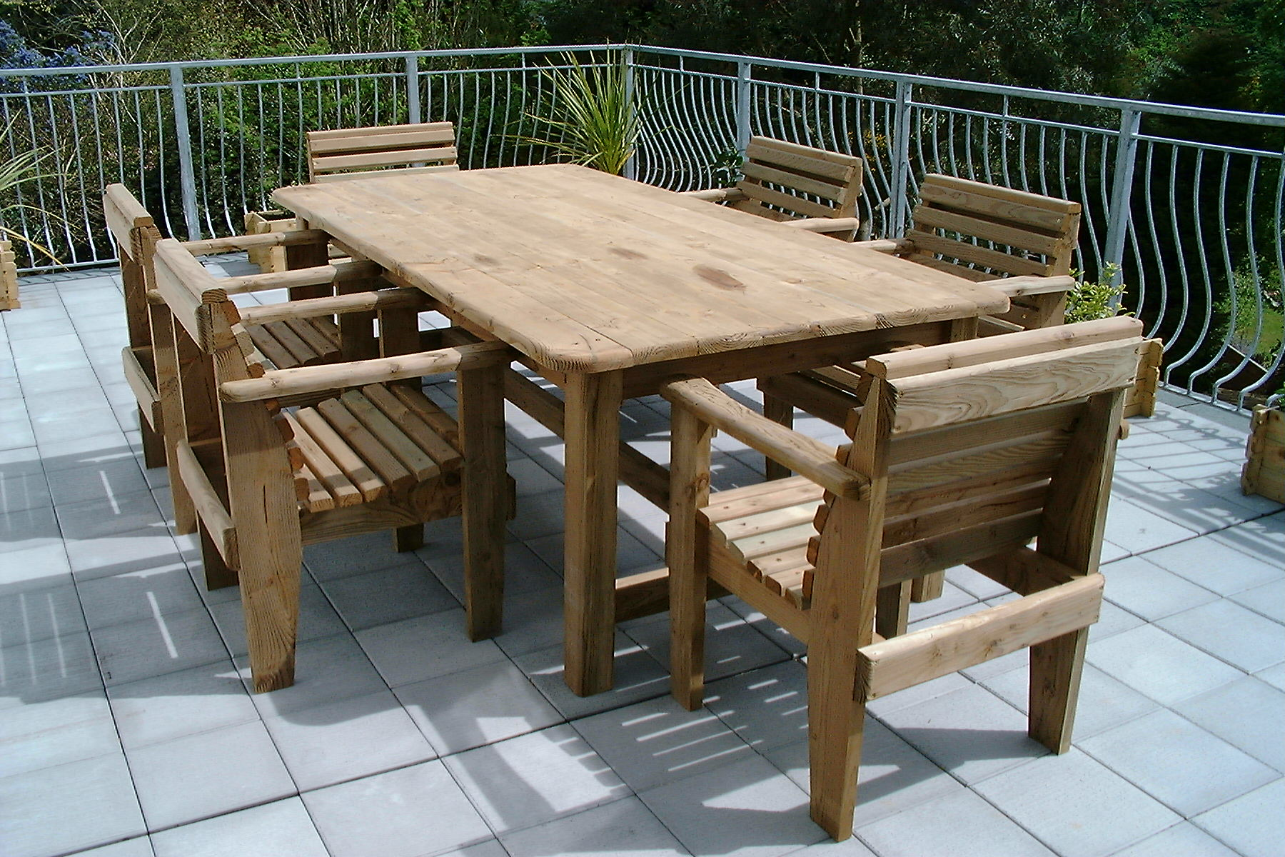 Деревянный стол на даче