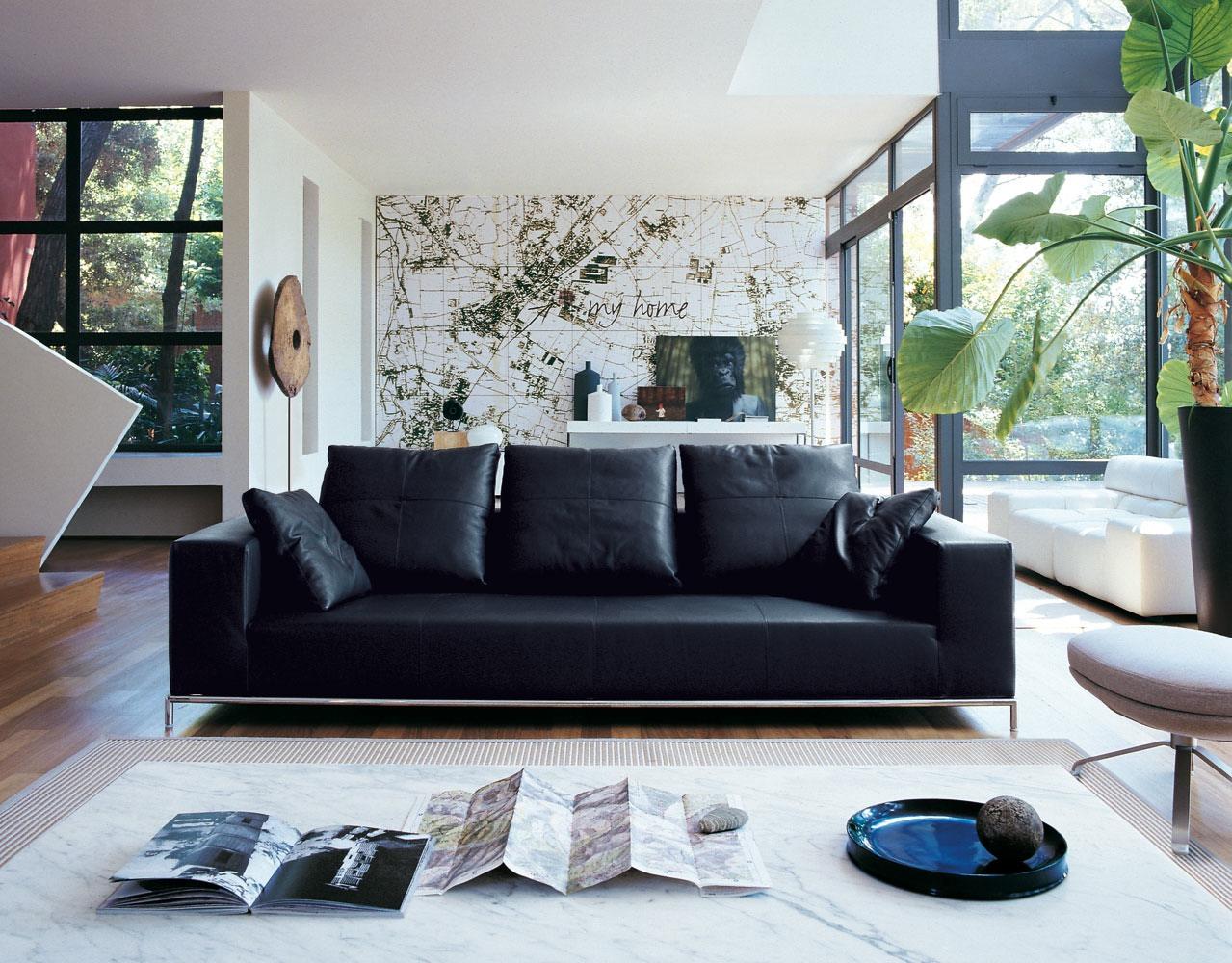 Черный диван в интерьере дома