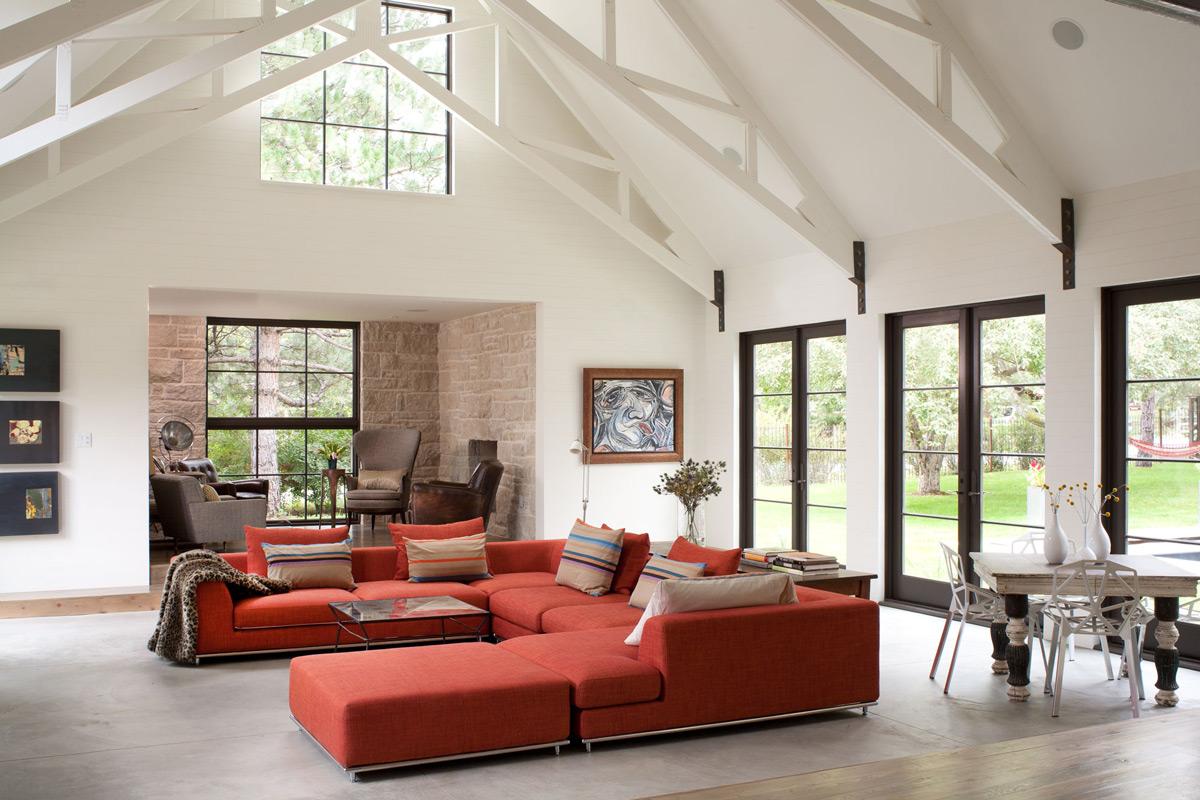 Оранжевый диван в доме