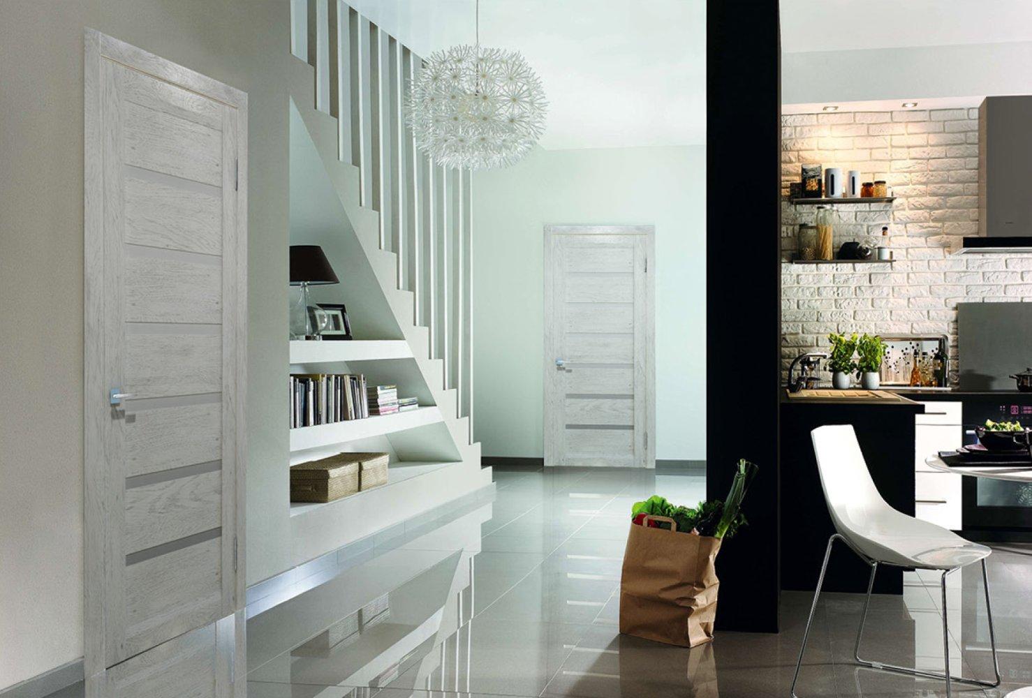 Дверь из светлого ясеня в интерьере дома