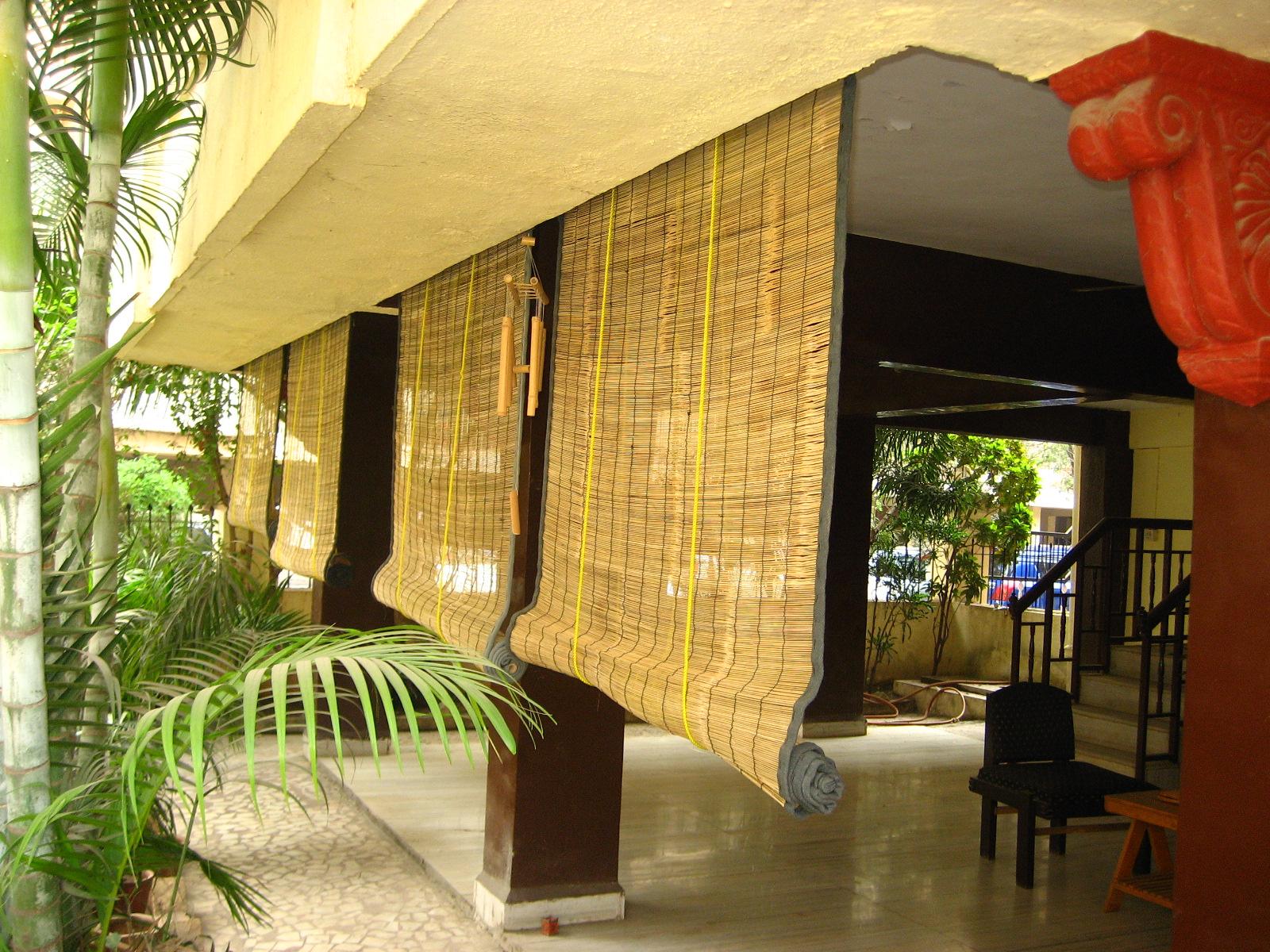 Бамбуковые шторы в загородном доме