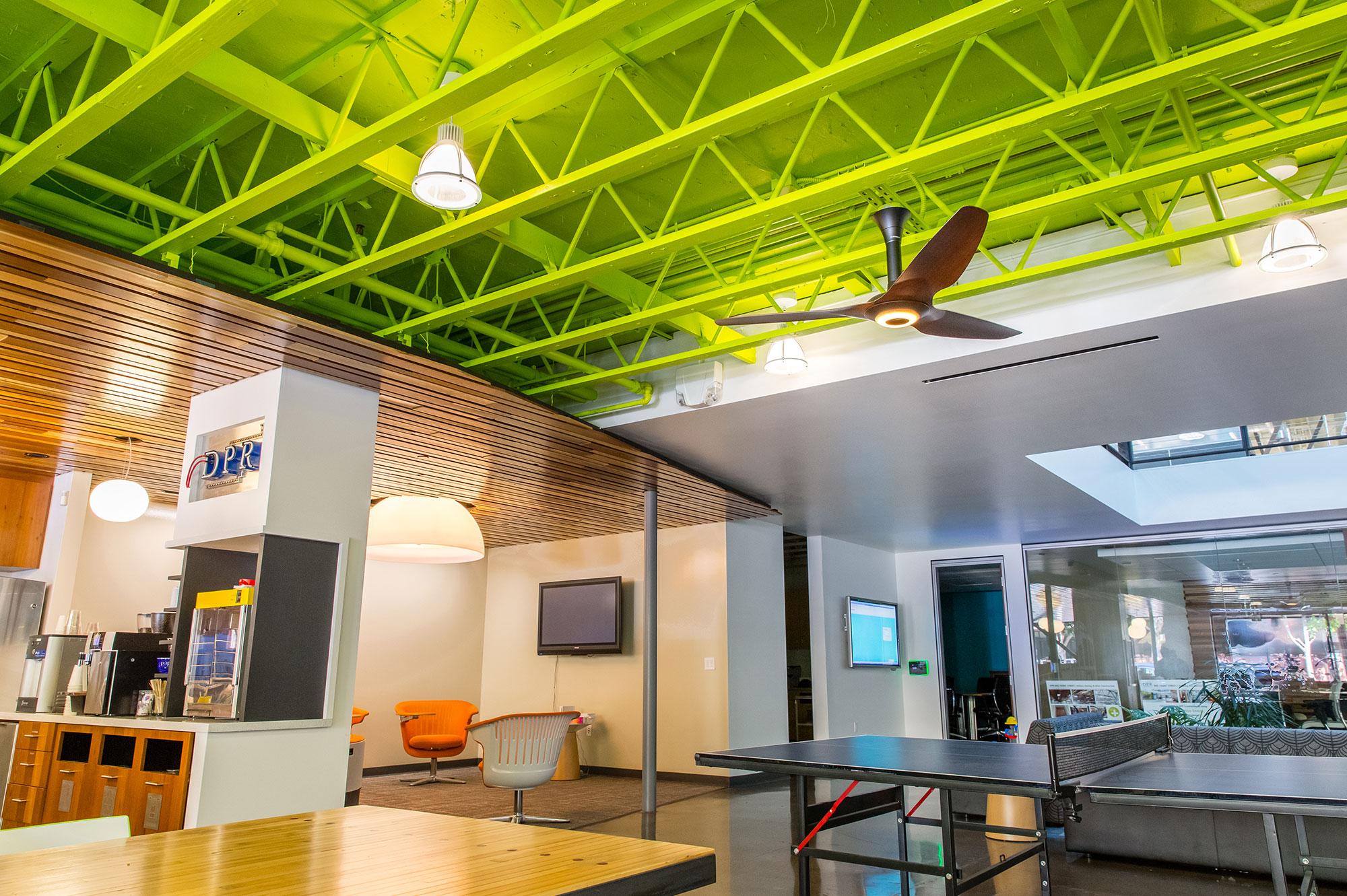 Зеленый потолок в интерьере дома