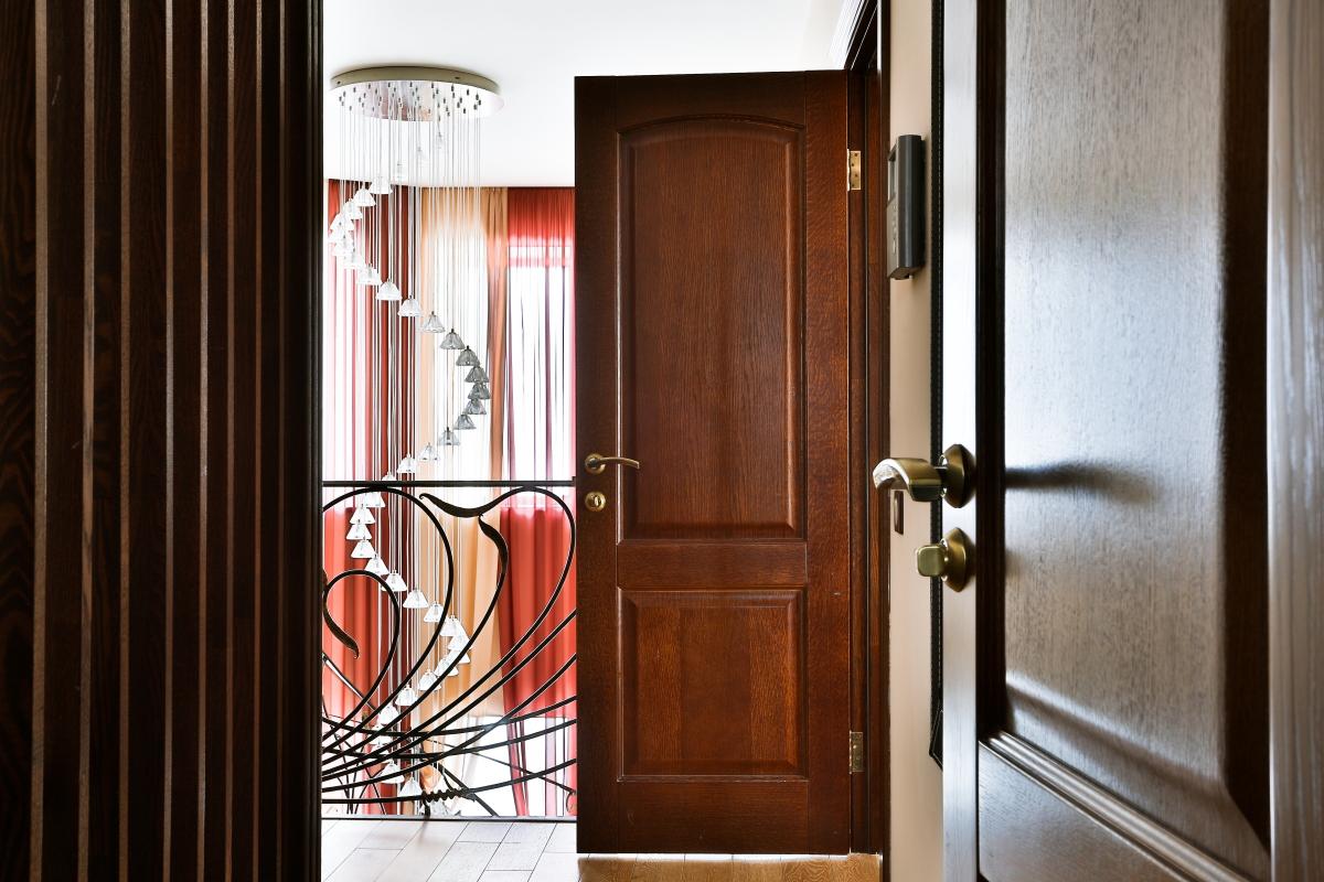 Дверь из ореха в доме
