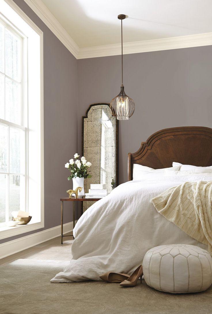 Уютная спальня с дубовой кроватью