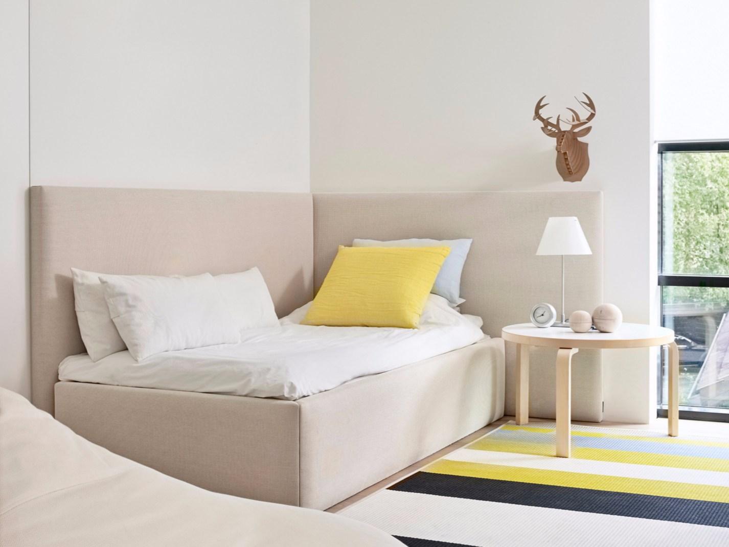 Угловая кровать в стиле эко