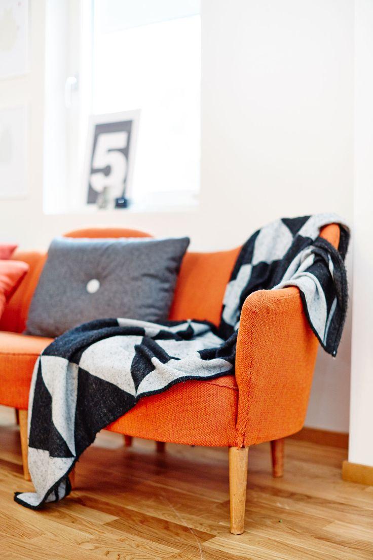 Оранжевый диван в стиле эко