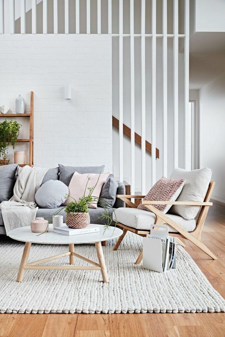 Пружинный диван в интерьере эко