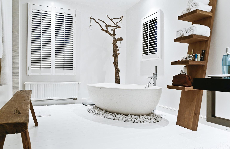 Овальная ванна в экологичном стиле