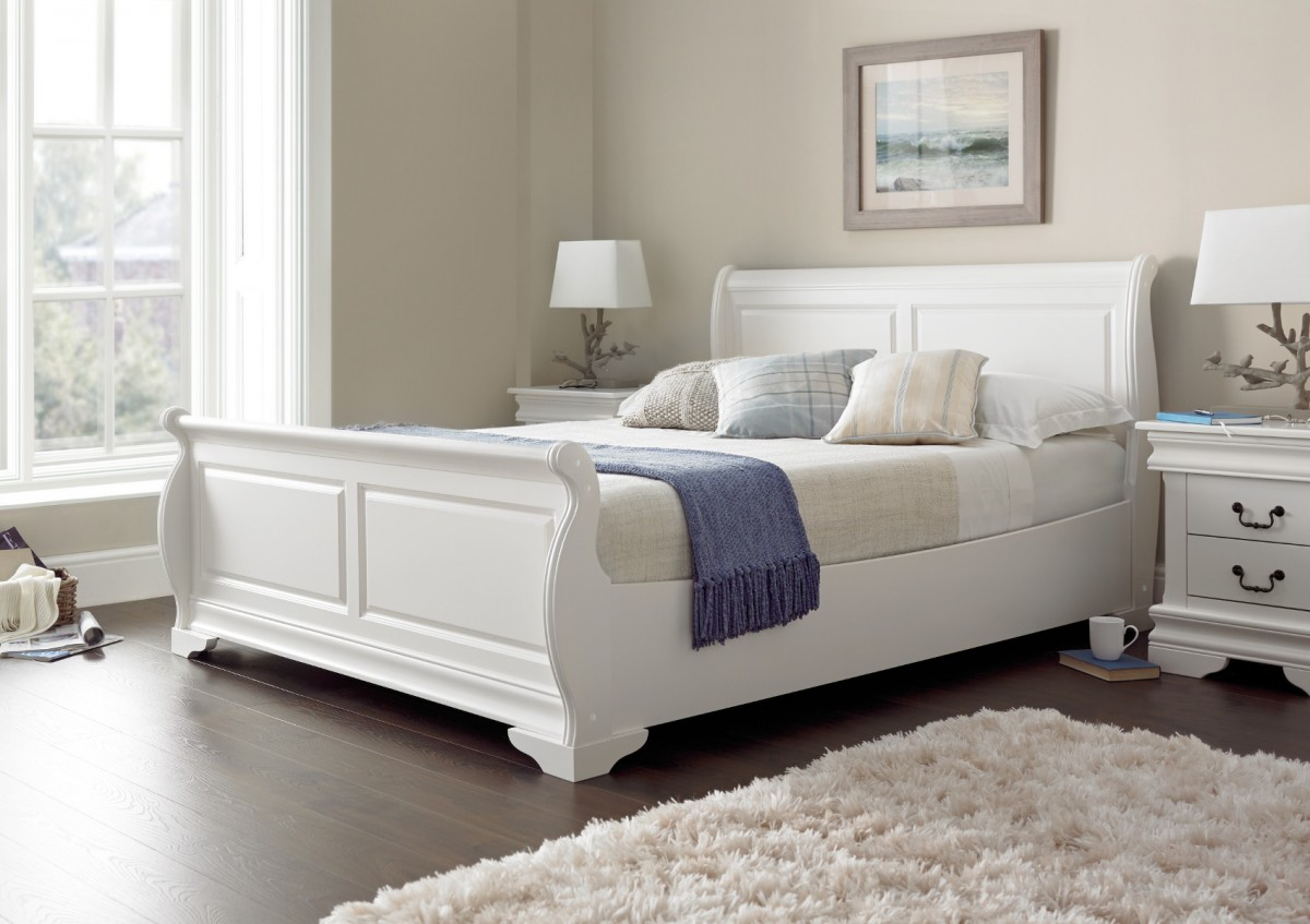 Белая кровать в стиле эко
