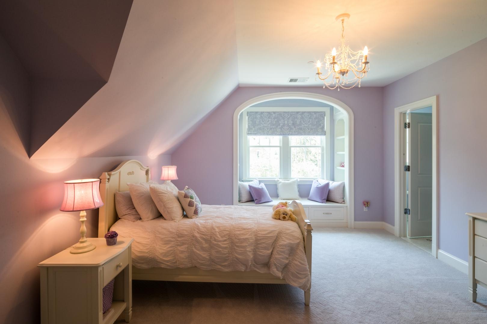 Сиреневая спальня с эркером