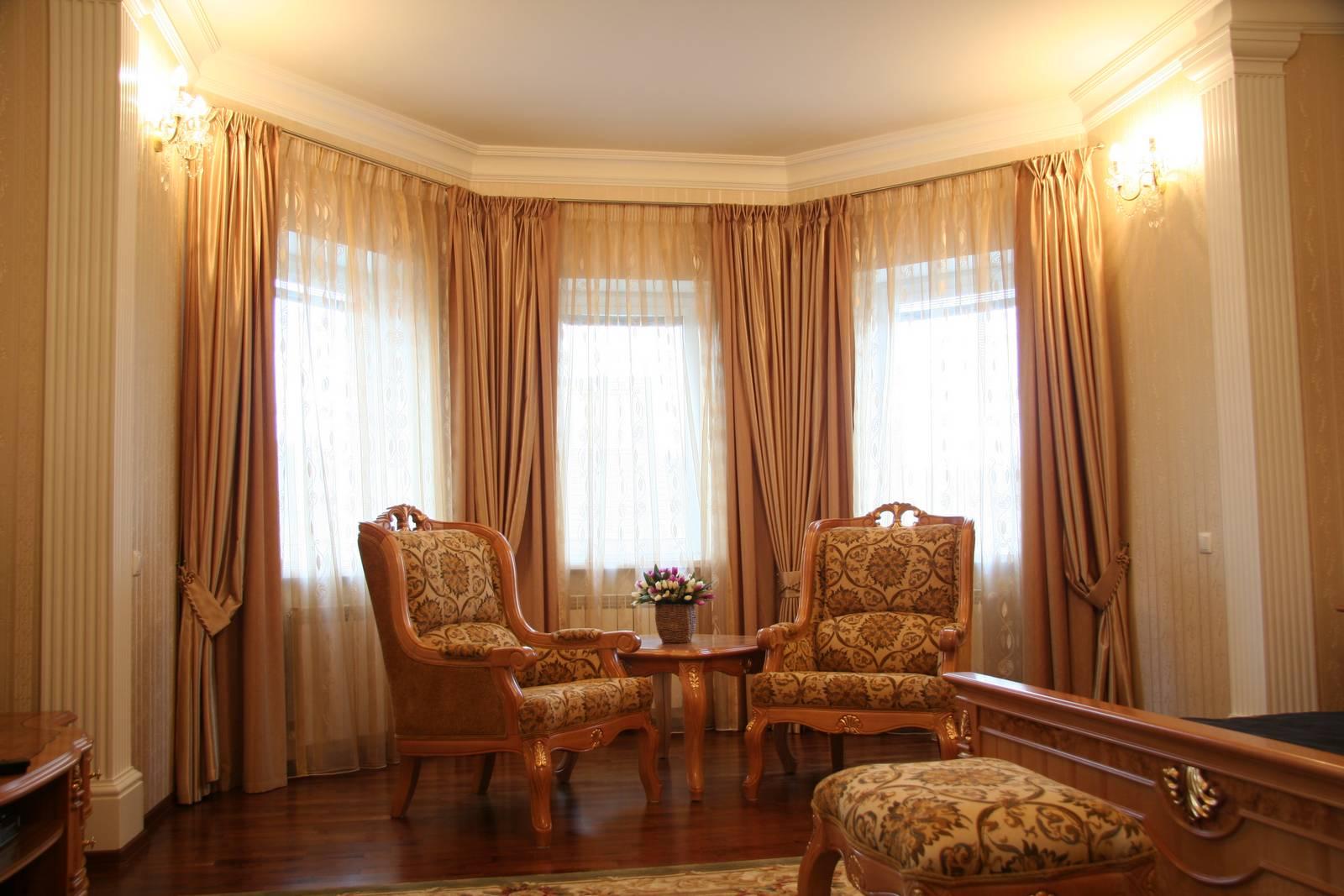Тюль для гостиной на эркерное окно