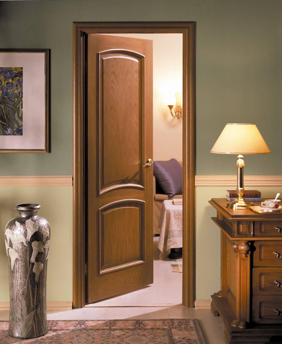 Филенчатая дверь цвета ореха