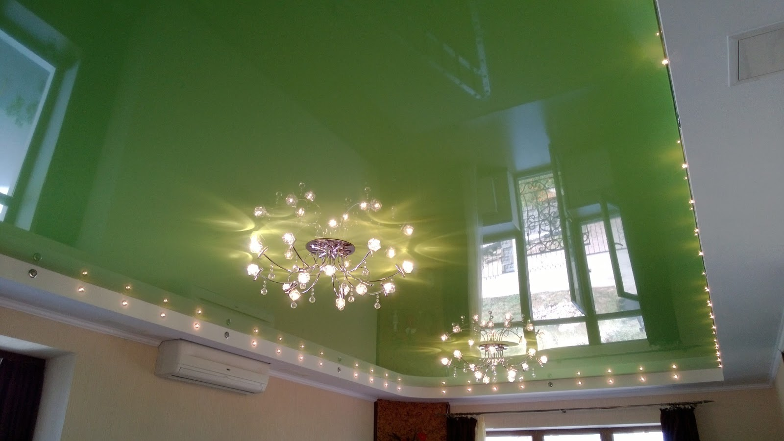 Зеленый глянцевый потолок