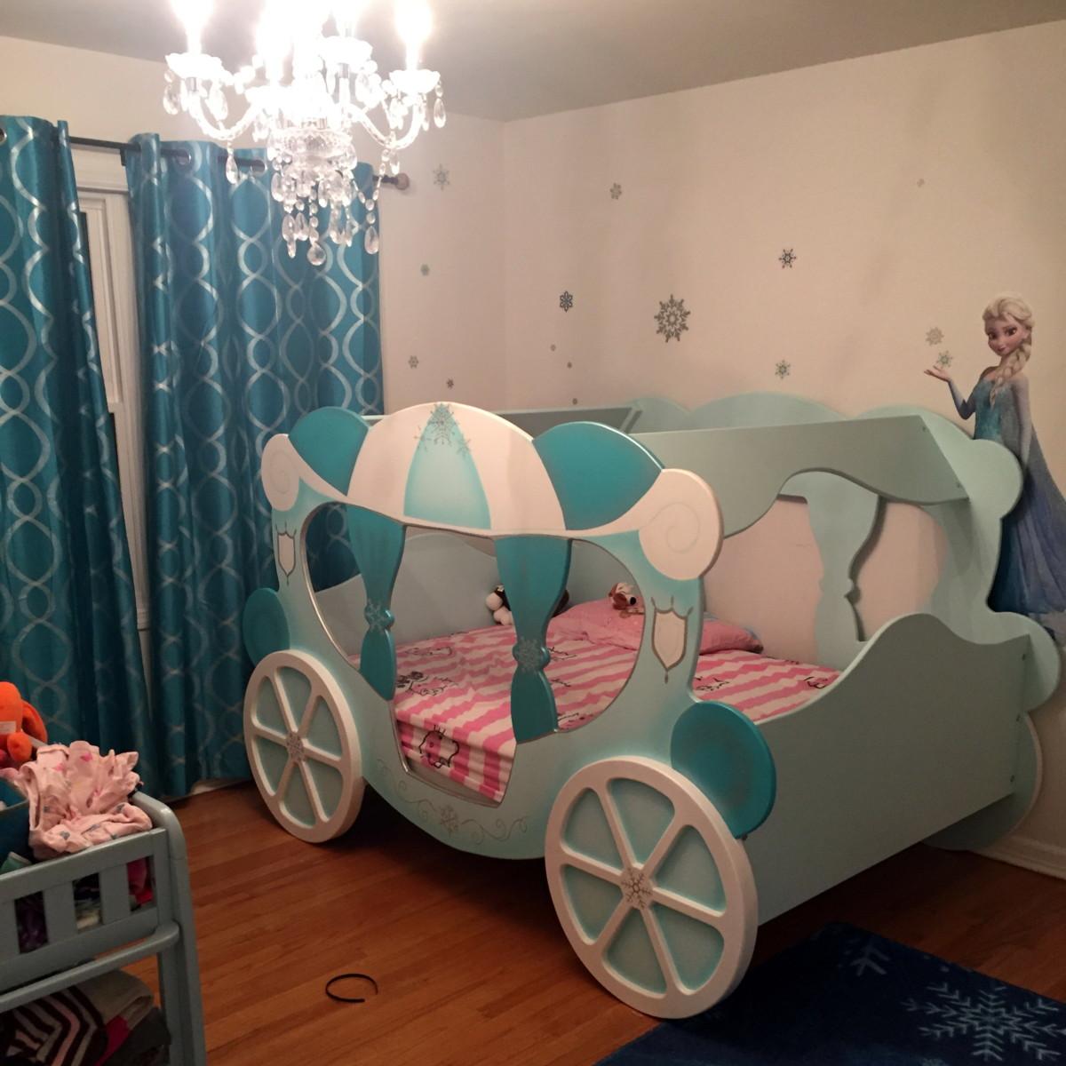 Кровать-карета голубого цвета