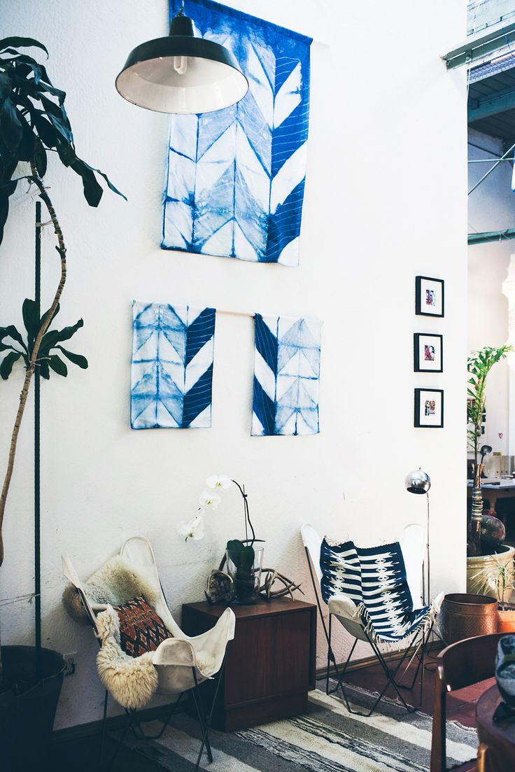 Голубая картина из ткани
