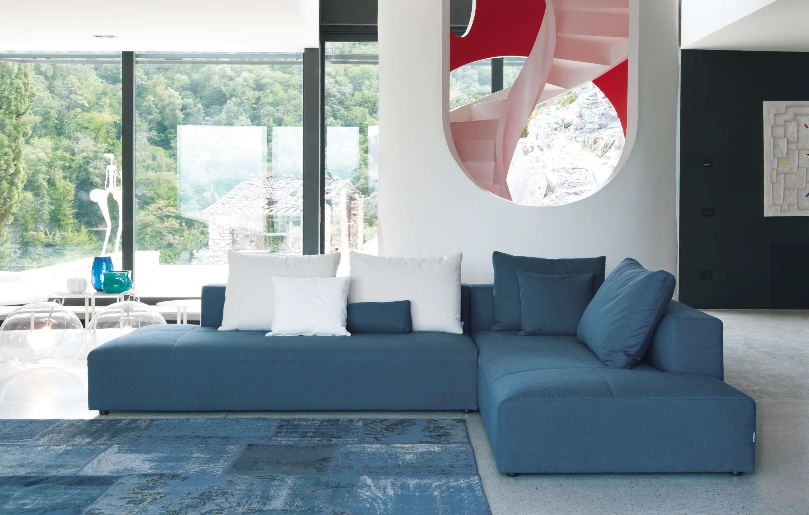 Голубой диван без подлокотников