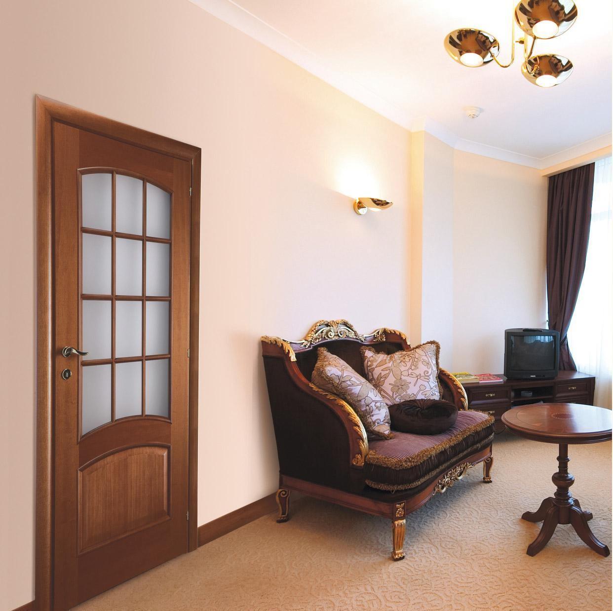 Дверь цвета ореха в гостиной