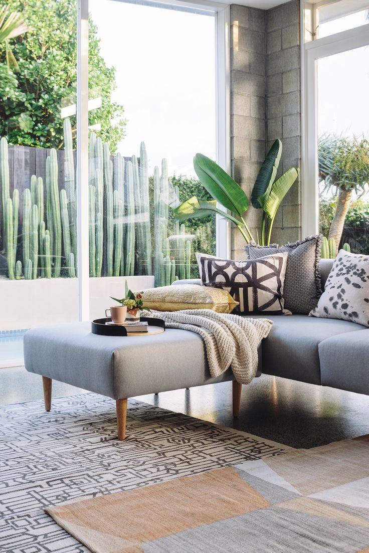 Деревянный диван в гостиной