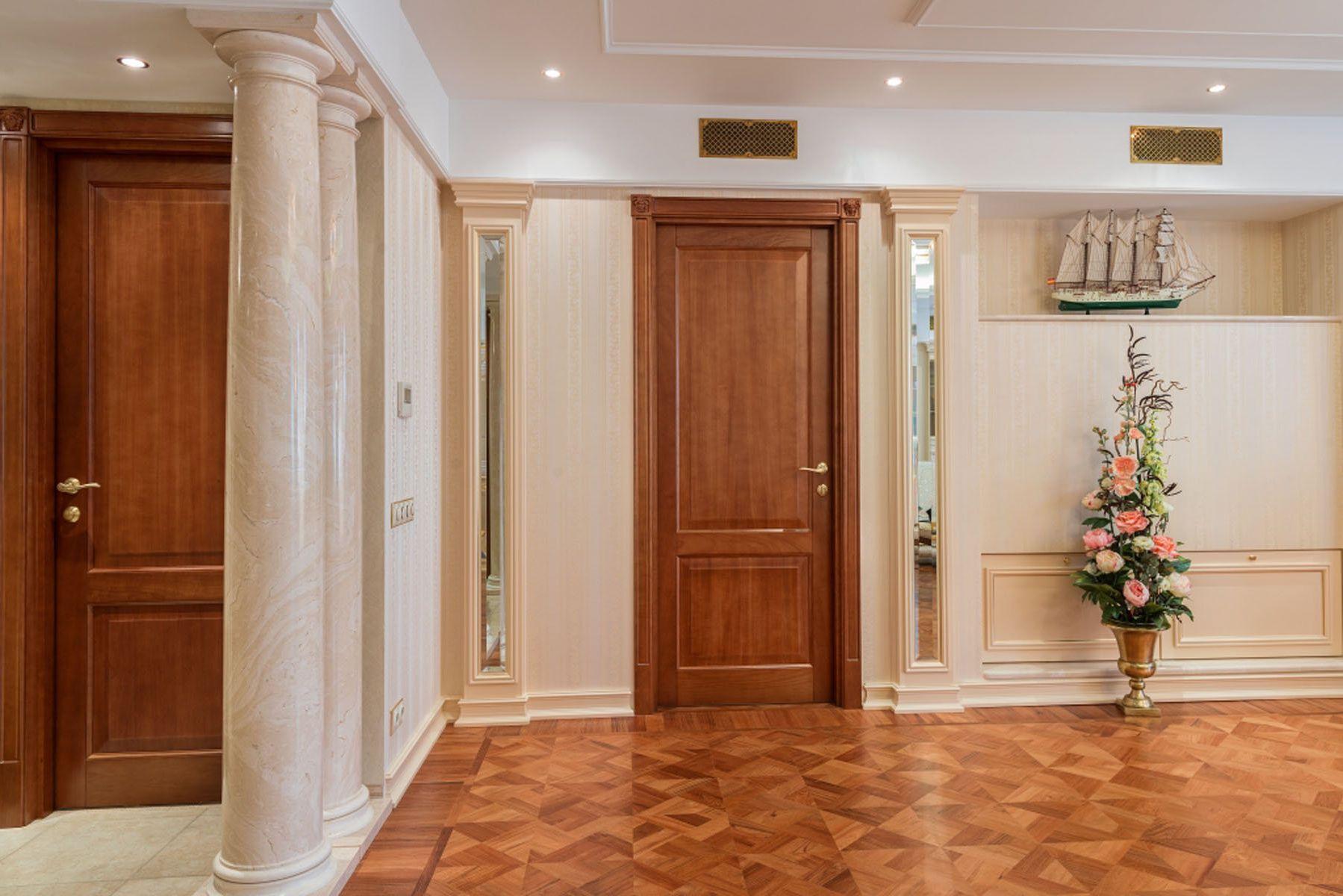 Классическая дверь в гостиной