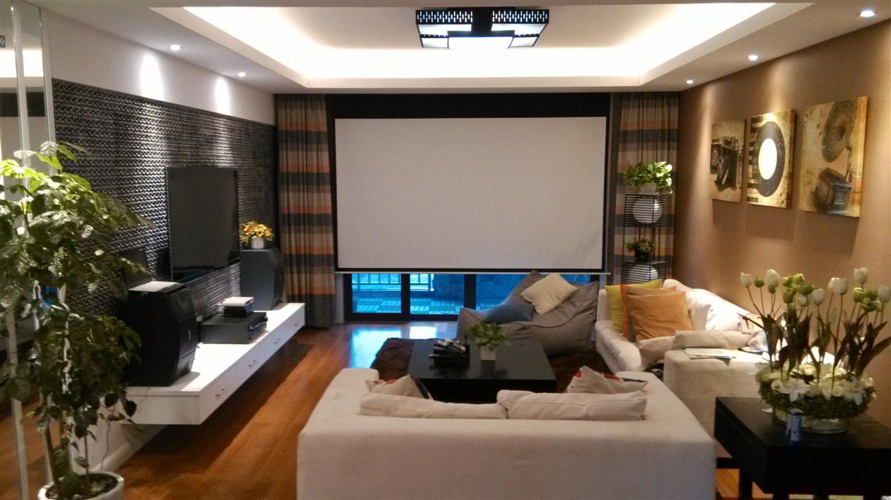 Домашний проектор в гостиной