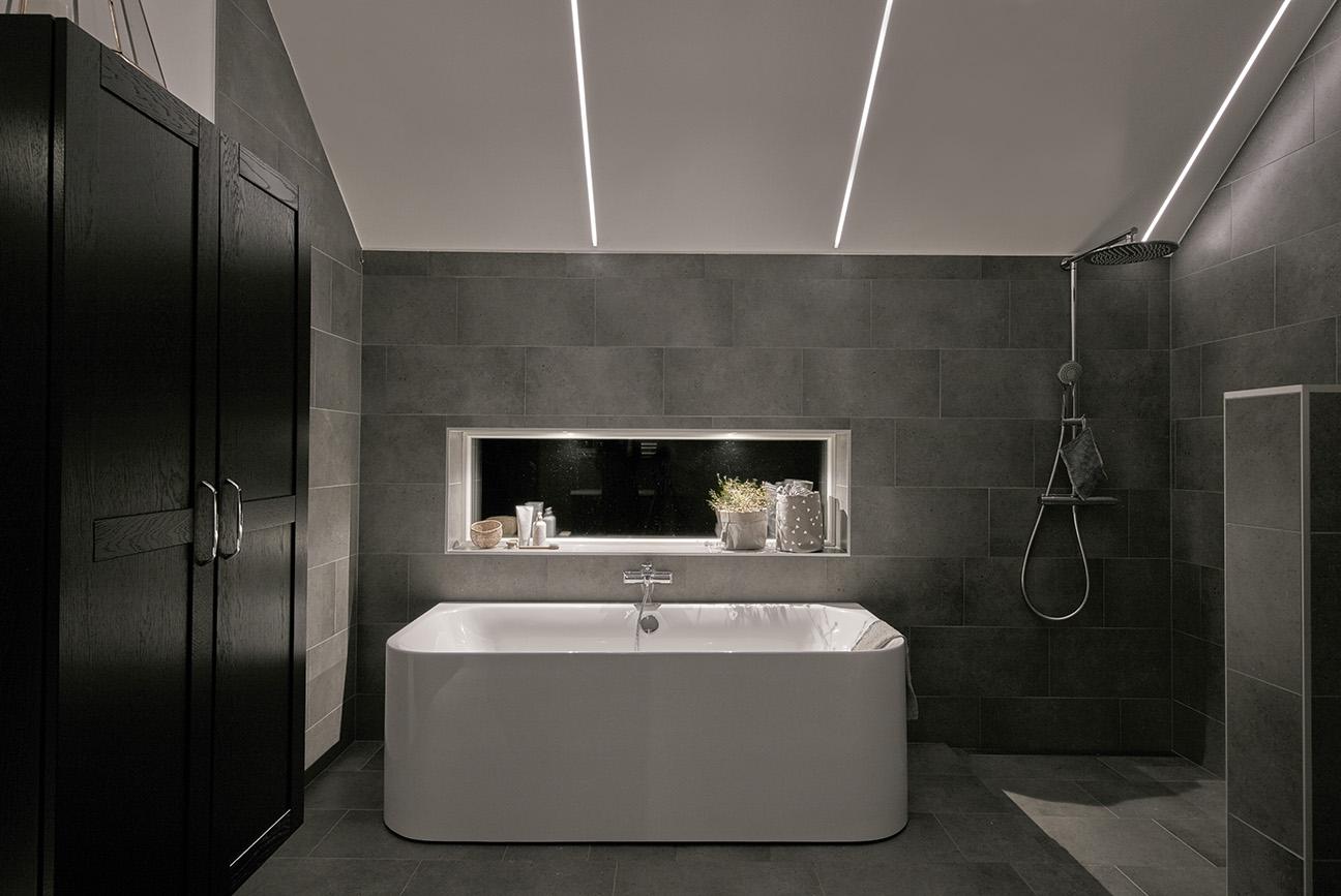 Ванная в стиле хай-тек с подсветкой