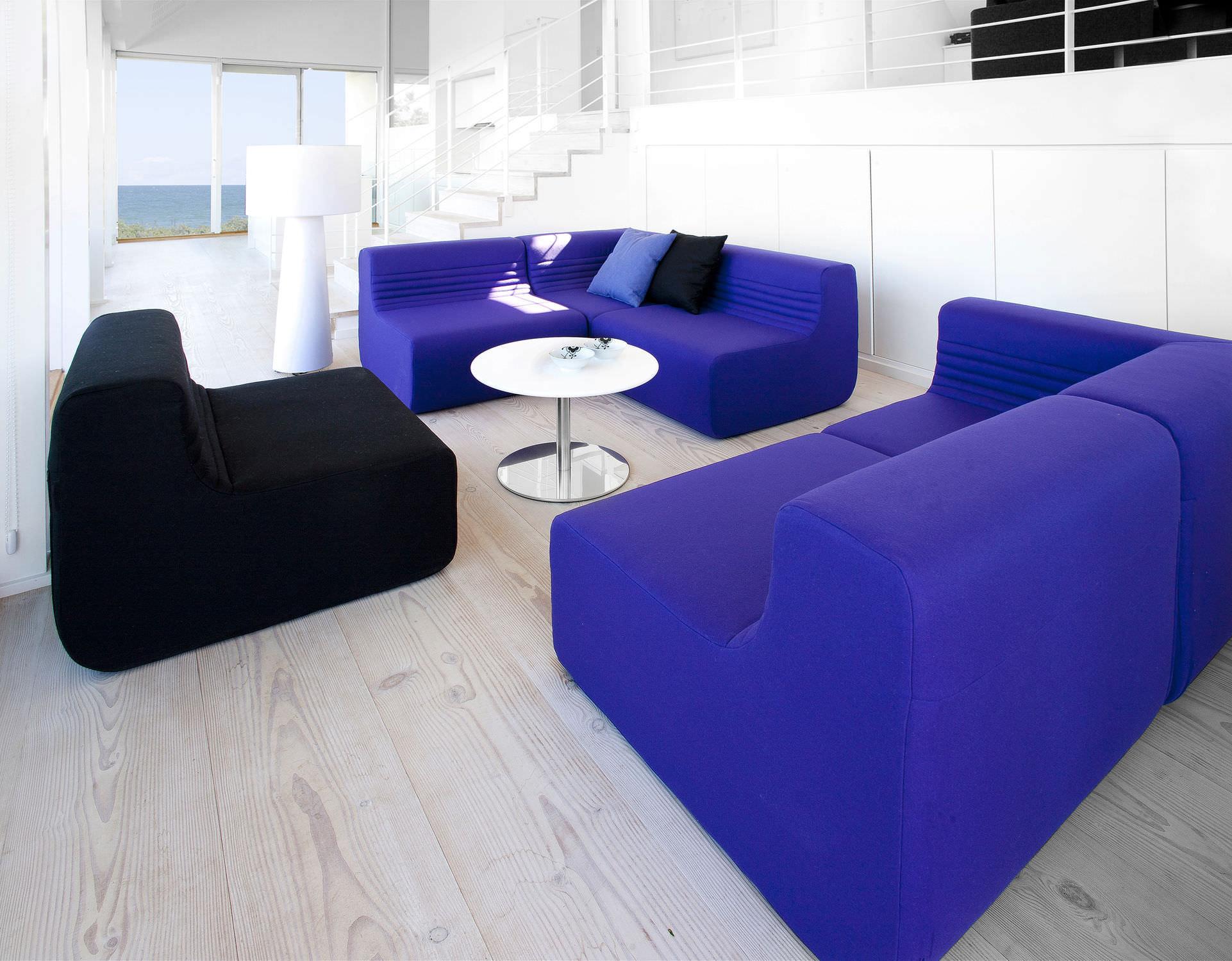 Бескаркасный диван в интерьере хай-тек