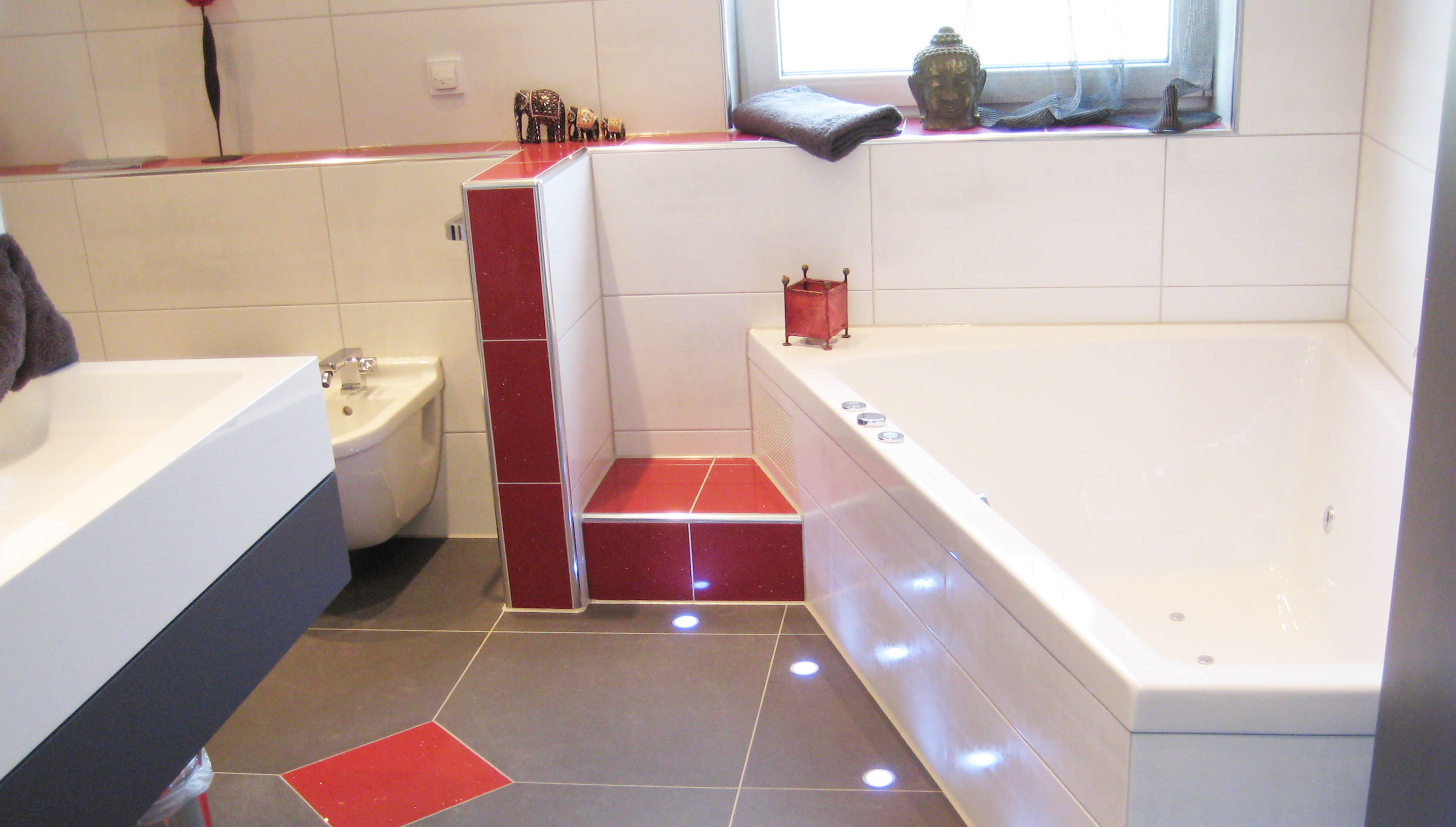 Хромированный уголок для плитки в ванной