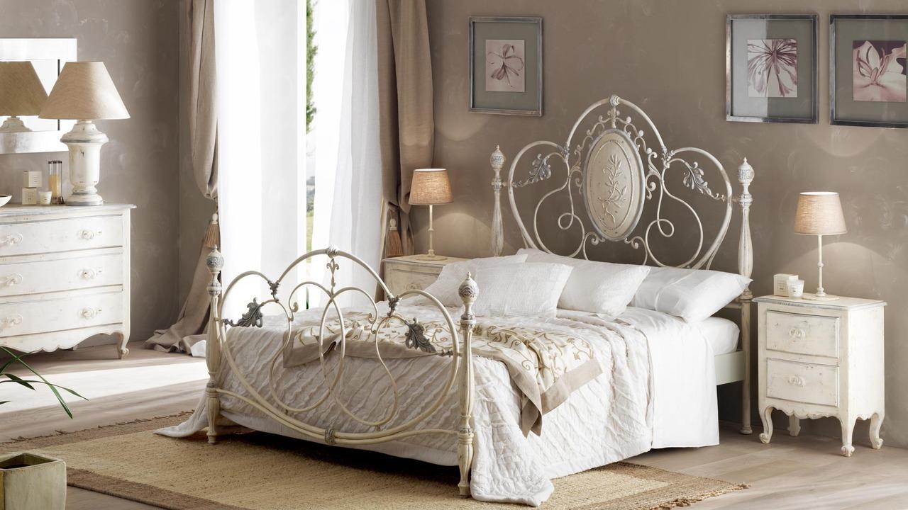 Белая кровать художественной ковки