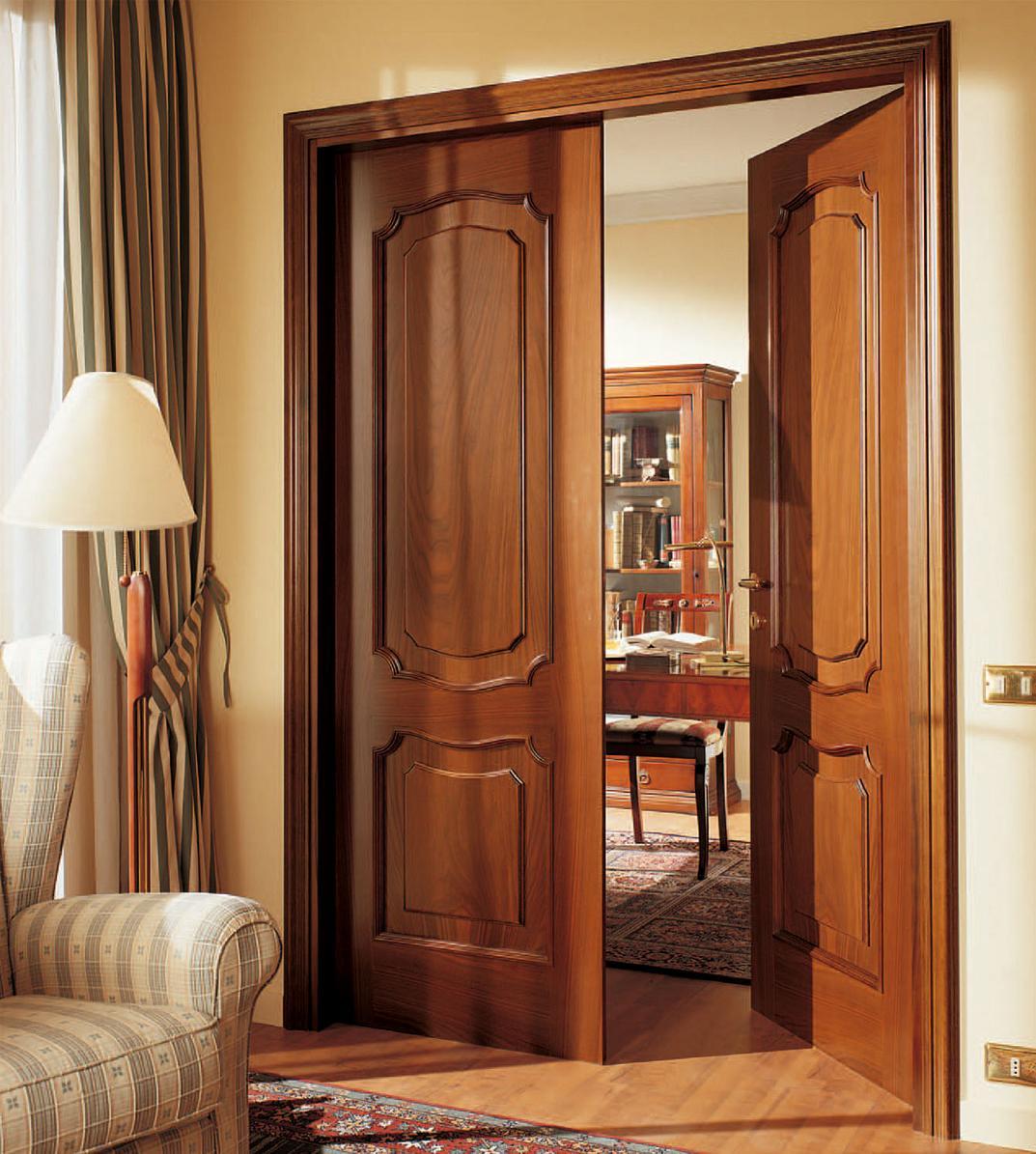 Классическая дверь в кабинете