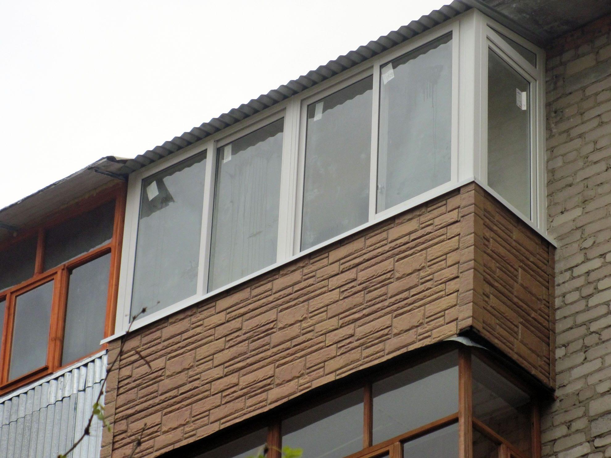 Отделка балкона сайдингом, имитирующим камень