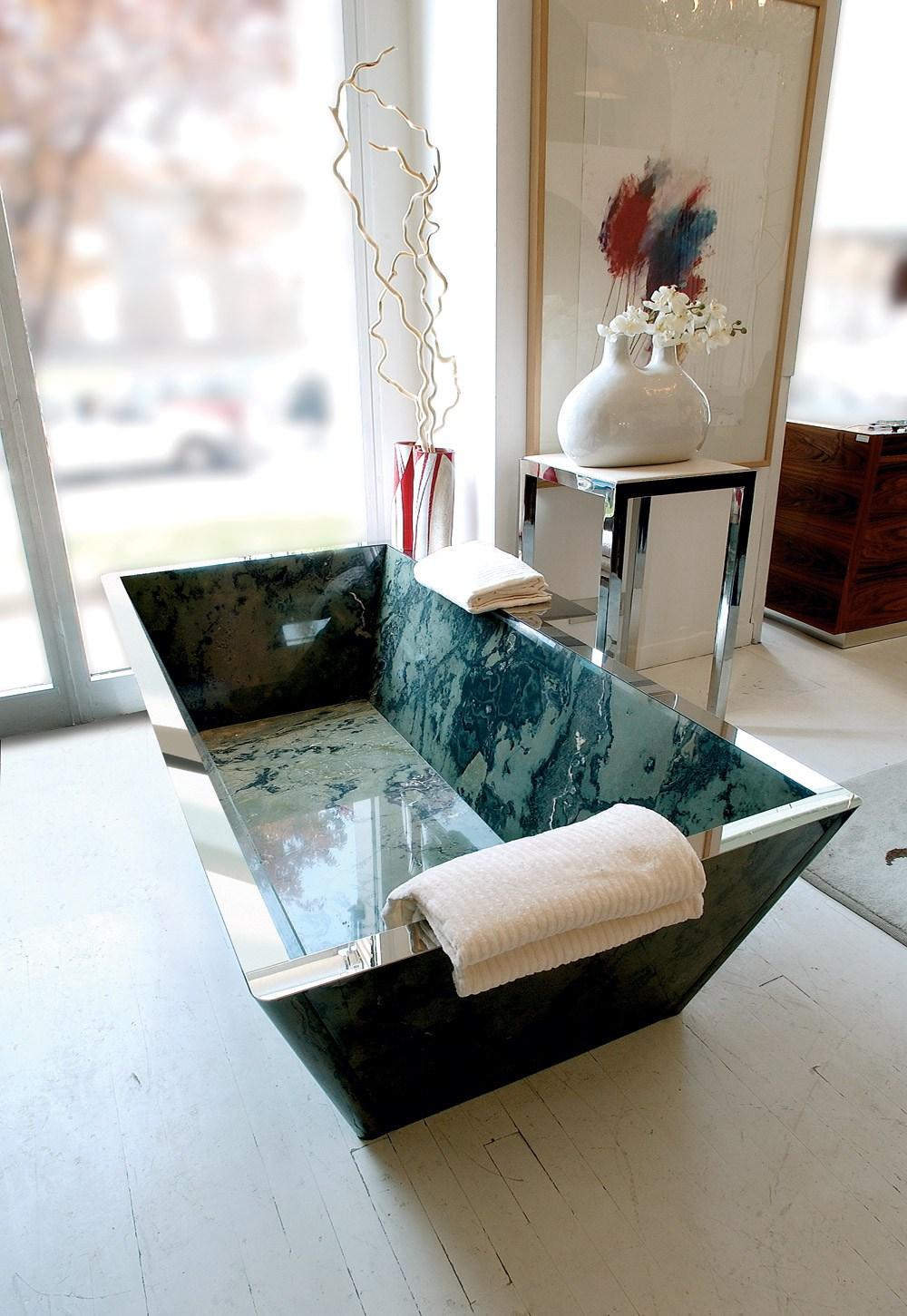 Прямоугольная каменная ванна