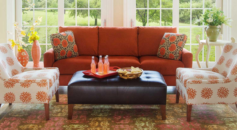Оранжевый диван в стиле кантри