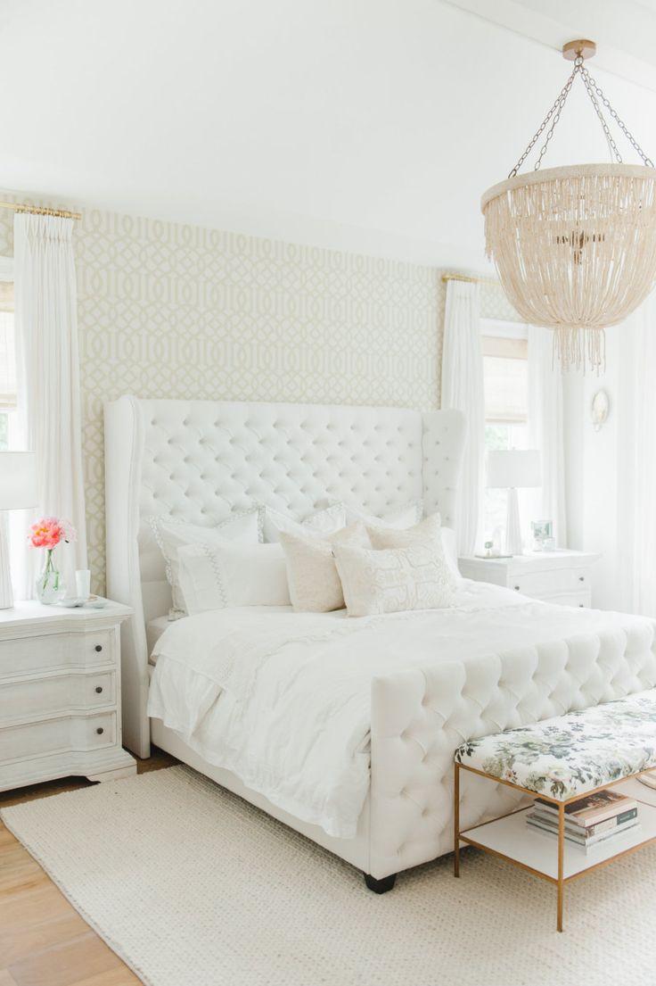 Белая кровать с каретной обивкой