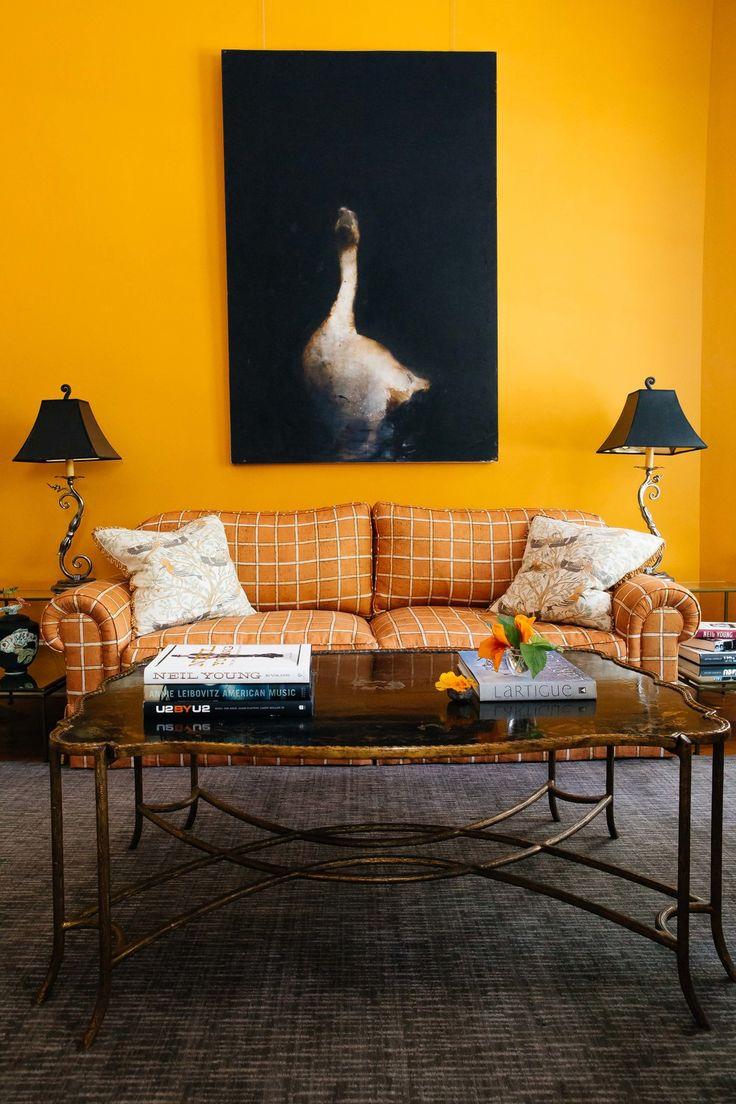 Оранжевый диван в клетку