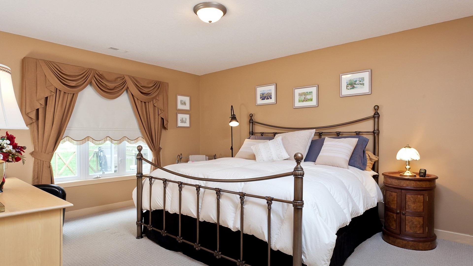 Уютная спальня в колониальном стиле