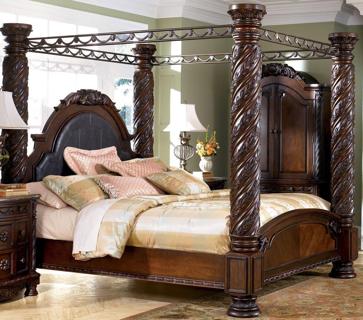 Кровать с резными колоннами