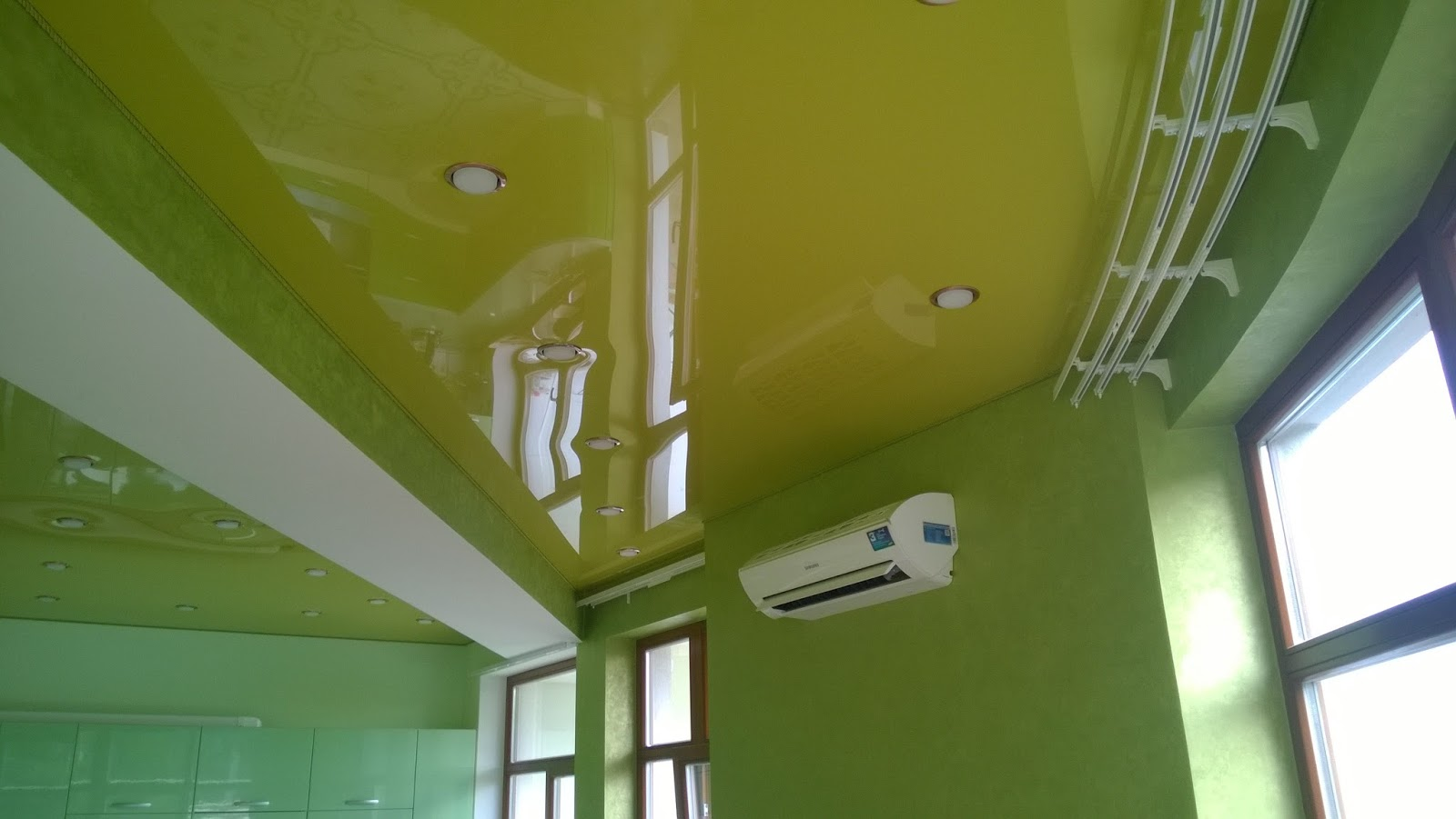 Комбинированный зеленый потолок