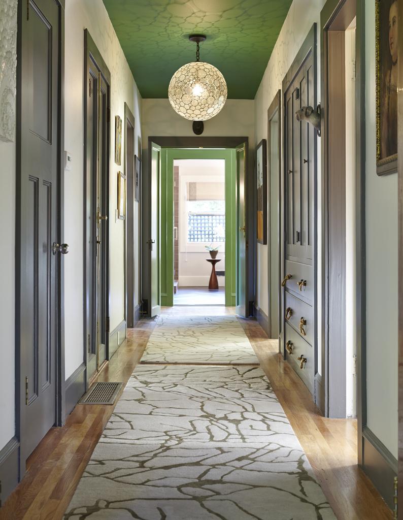 Зеленый потолок в коридоре