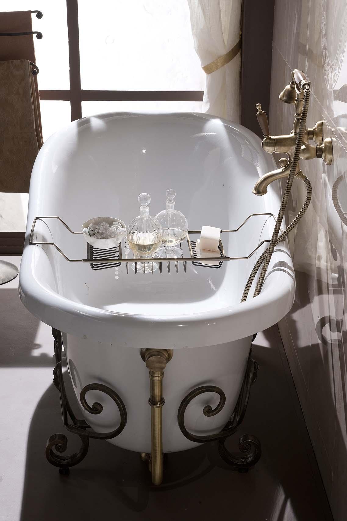 Овальная ванна с коваными элементами