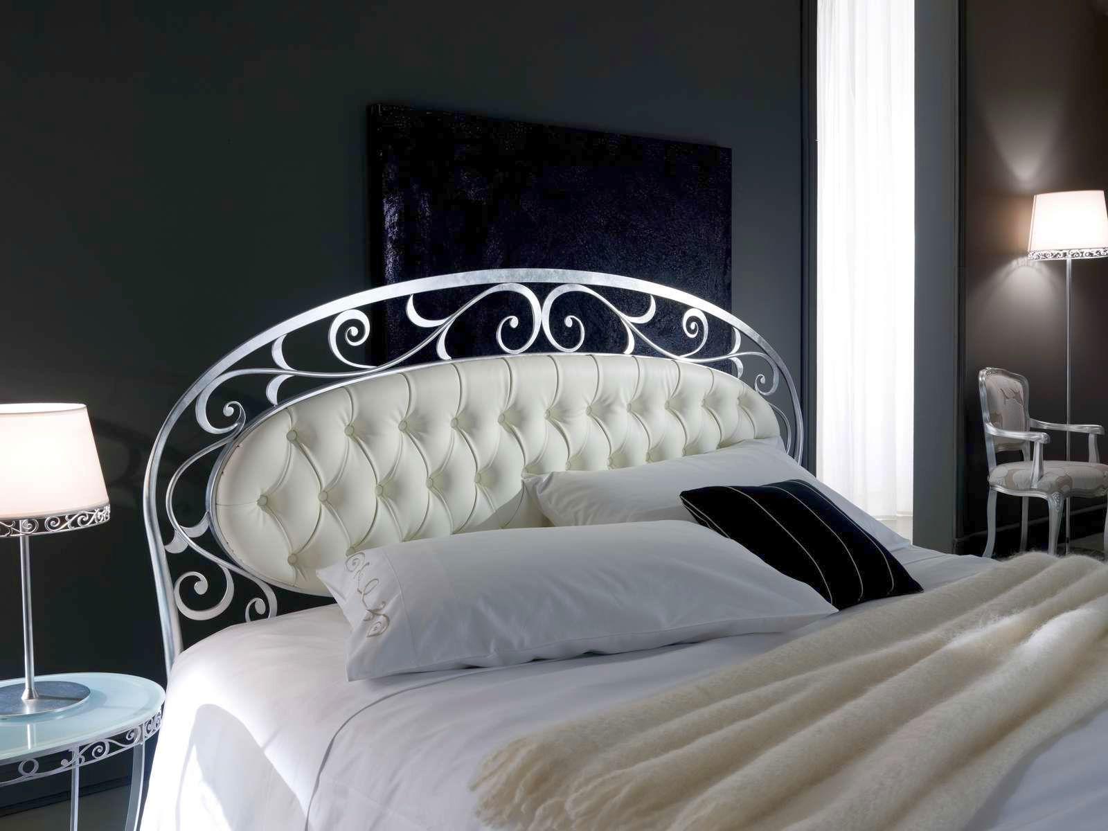 Белая кованая кровать