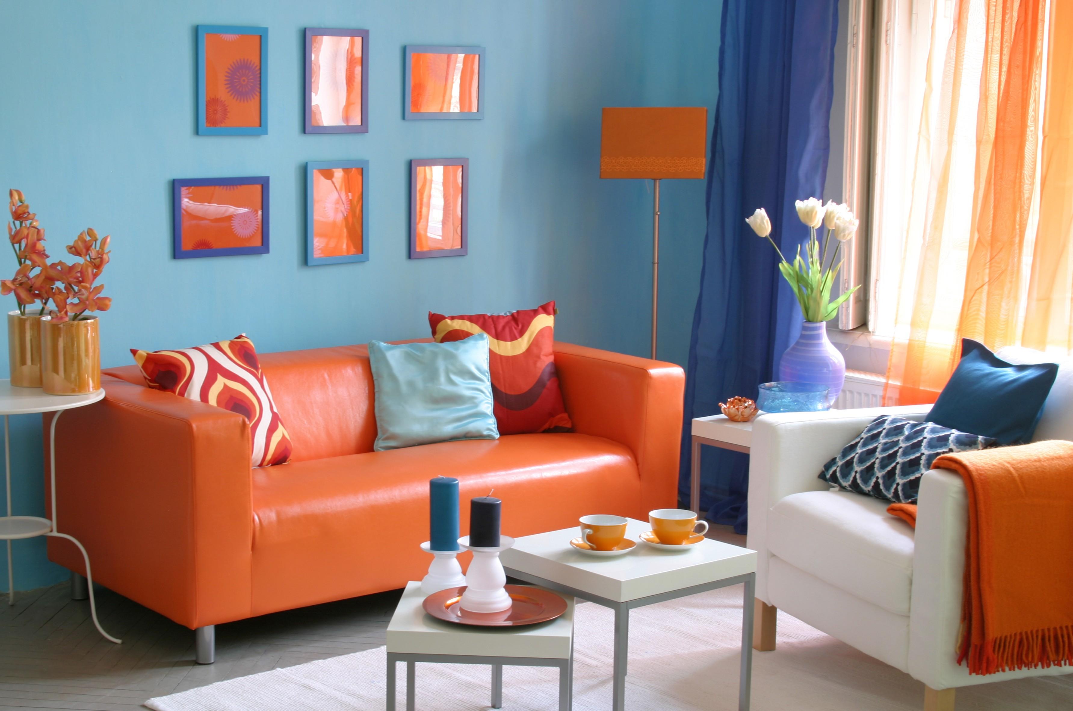 Оранжевый диван из кожи