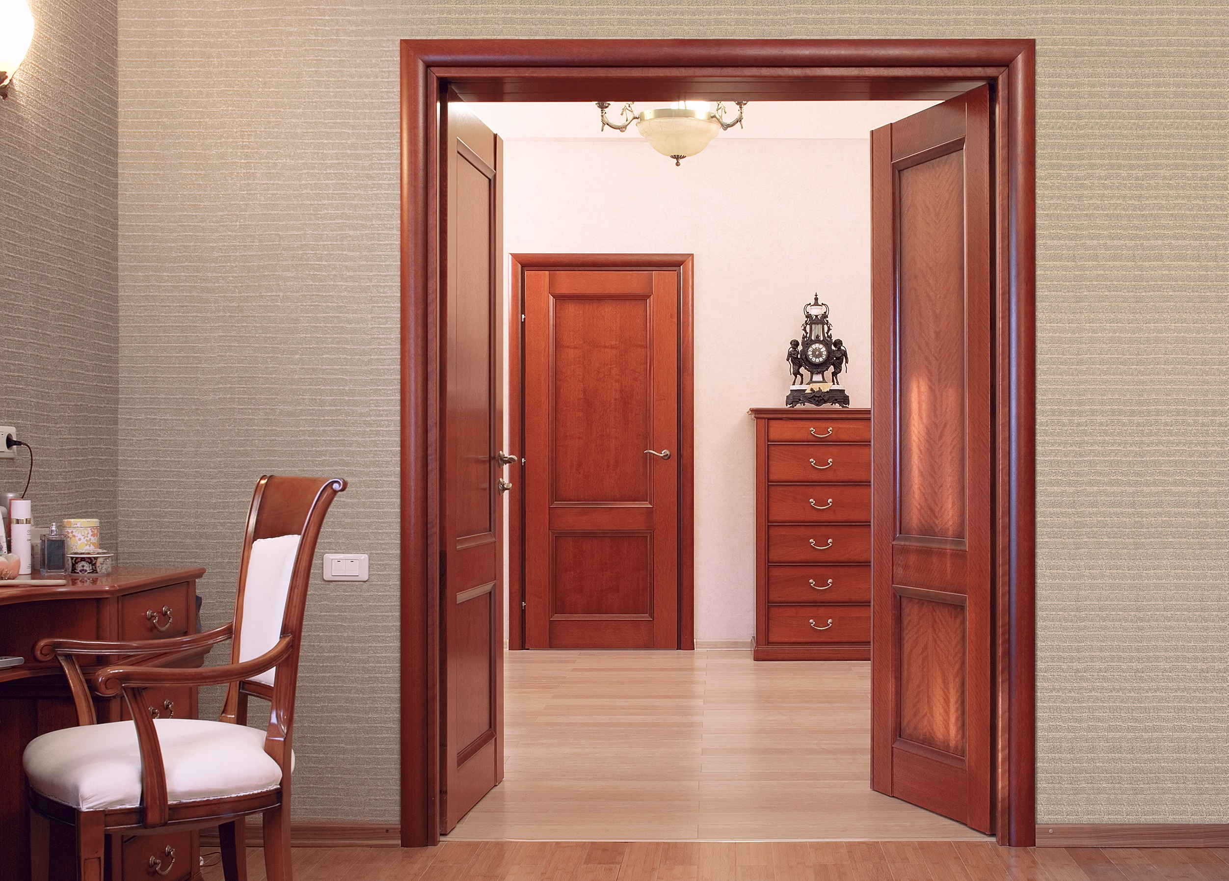 Красная дверь из ореха