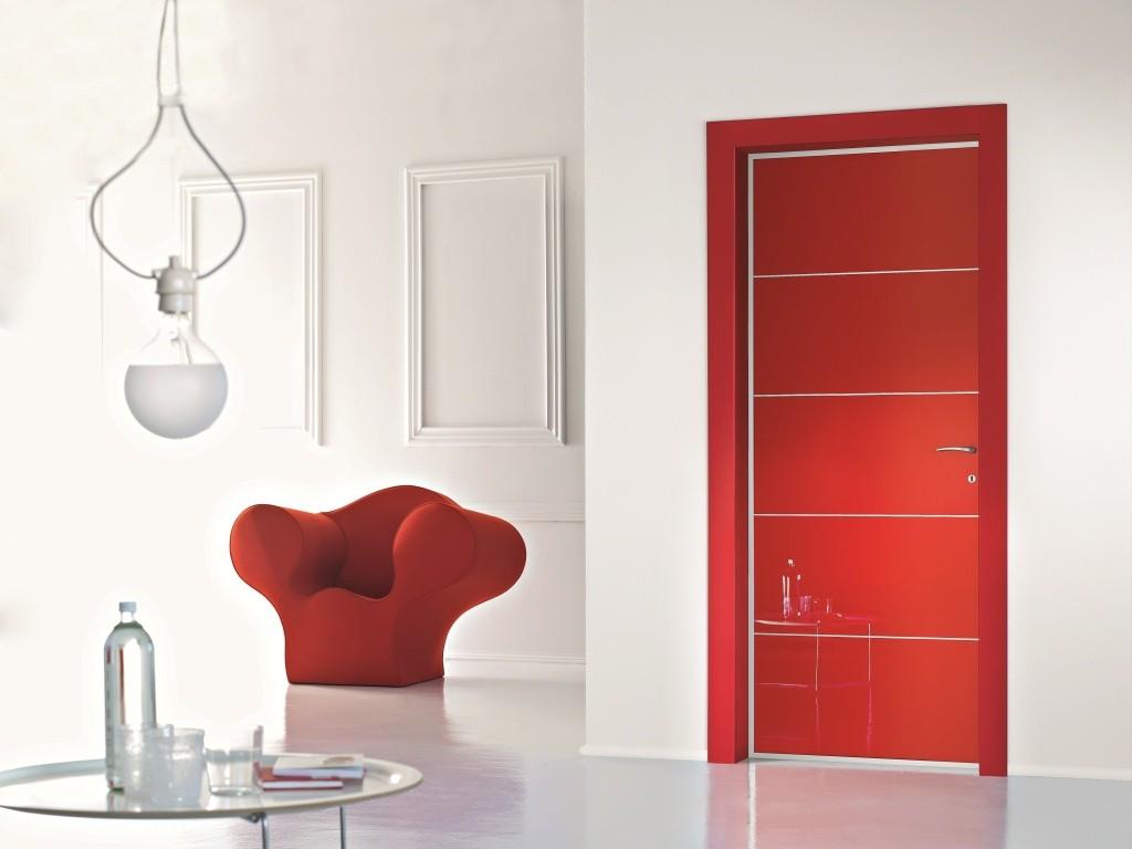 Красная глянцевая дверь