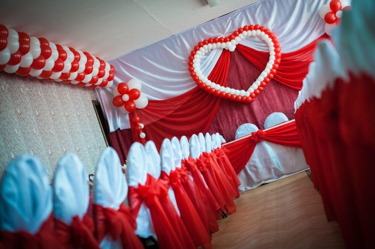 Оформление свадьбы красно-белыми воздушными шарами