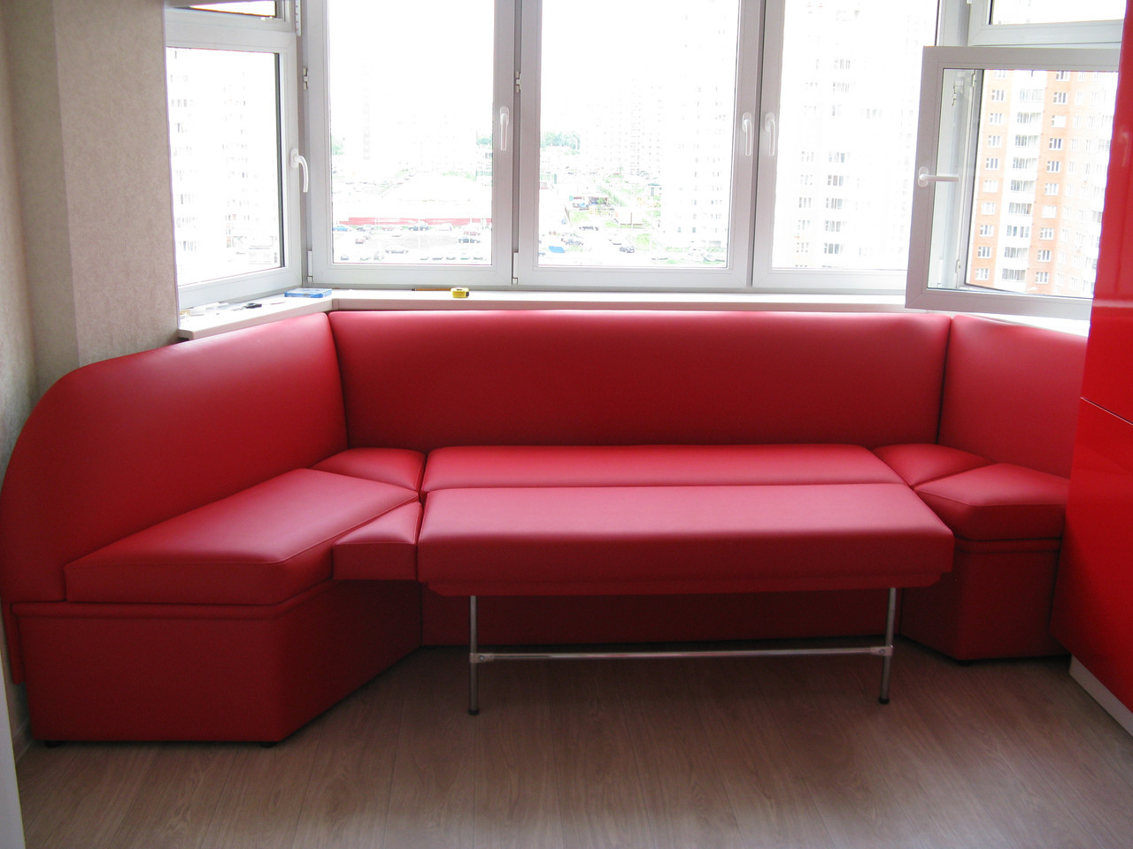 Эркерный красный диван